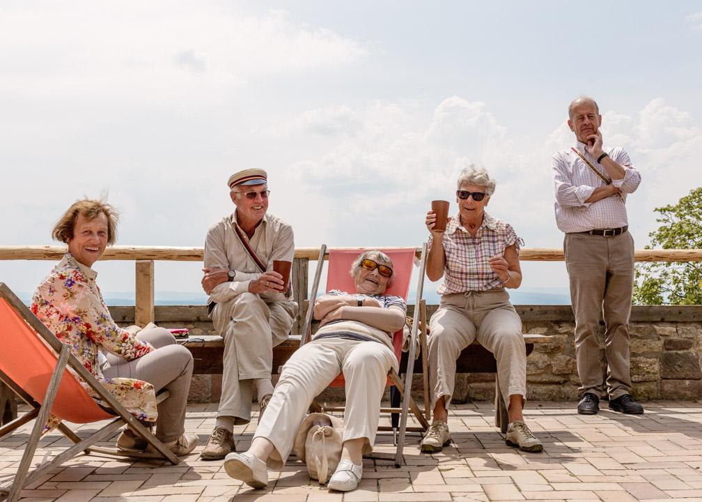 Burschenschafter und Damen genießen das Sonnebad auf der Leuchtenburg bei Kahla.
