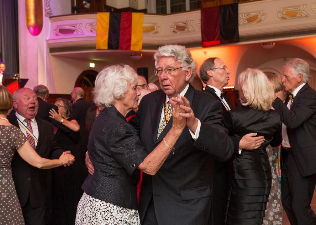 Tanzende Burschenschafter mit ihren Damen während des Festballs zur 200. Jahrfeier im Volkshaus, Jena.