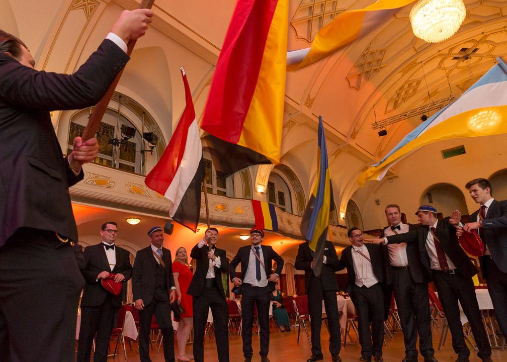 Am Ende des Festballes feiert das Süddeutsche Kartell (ein Verbund aus 6 Burschenschaften) seine Freundschaft mit dem Wehen der Flaggen der 6 einzelnen Bünde.