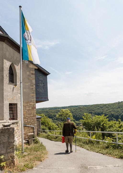 Burschenschafter auf dem Heimweg nach dem Frühschoppen auf dem Fuchsturm, in Jena. Die Fahne zeigt die Farben der Stadt Jena.
