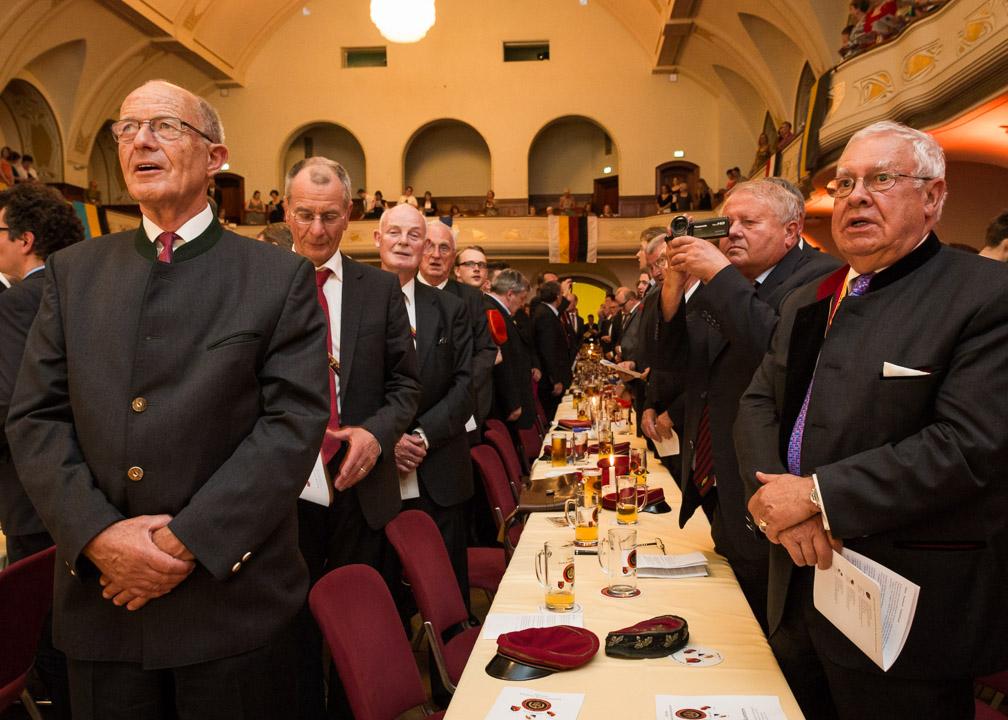 Burschenschafter beim Singen des Burschenschafterliedes während des Festkommers zum 200. Jahrestag der Gründung der Burschenschaft, im Volkshaus, in Jena.