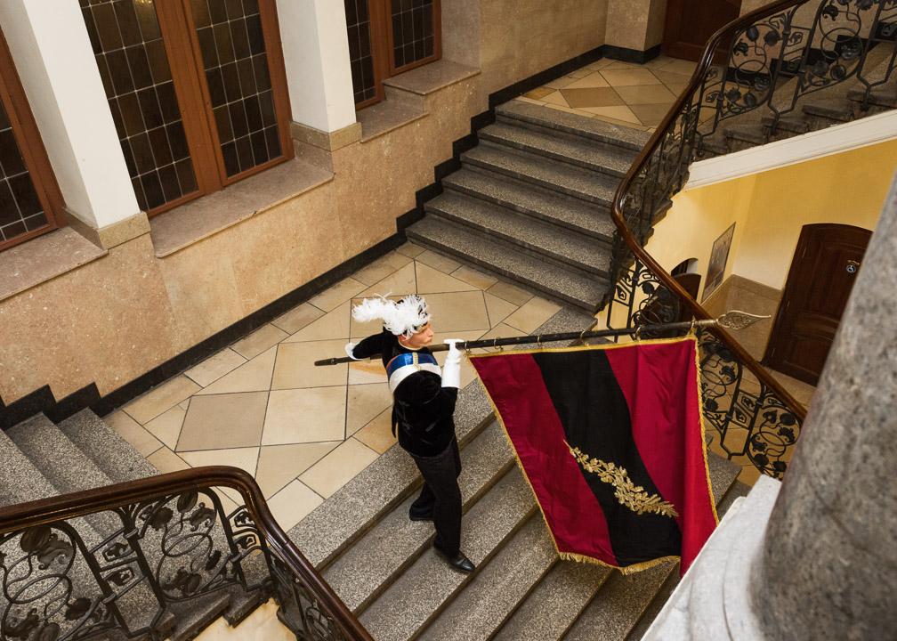 Auszug der Chargierten. Als letztes wird die Gründungsflagge der Jenaischen Burschenschaft hinausgetragen. Sie trägt die deutschen Farben schwarz-rot-gold.
