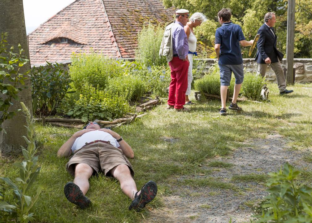 Burschenschafter genießt das gute Wetter im Kräutergarten der Leuchtenburg.