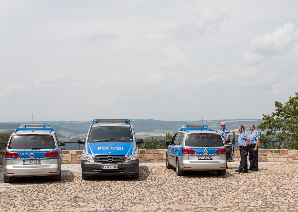 Nachdem am Vorabend Burschenschafter während des Nachhauseweges attacktiert wurden, fährt die Polizei erhöhte Bereitschaft während des Ausfluges auf die Leuchtenburg bei Kahla, Thüringen auf.
